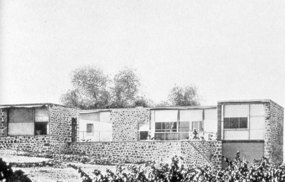 En bild som visar utomhus, byggnad, träd, himmel  Automatiskt genererad beskrivning